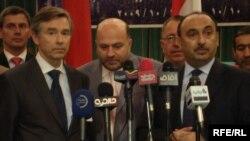 مؤتمر صحفي مشترك لوكيل وزارة الاستثمار الألماني كارل أمست (يسار) مع مستشار رئيس الوزراء العراقي حقي الحكيم (وسط) ووزير الصناعة العراقي فوزي الحريري (يمين)