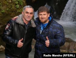 Президент Чечні Рамзан Кадиров (праворуч) і начальник поліції Ножай-Юртівського РВВС Нажуд Гучігов