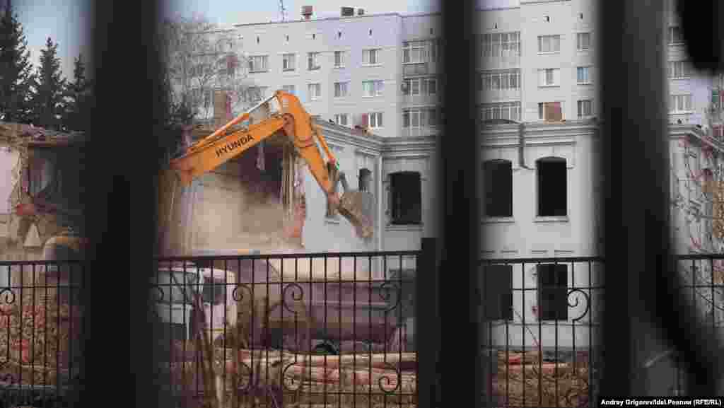Разрушать здание начали со двора. Со стороны улицы работы по демонтажу практически не заметны.