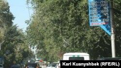 Электронное табло с курсами покупки и продажи валют вдоль улицы в Алматы. 16 сентября 2015 года.
