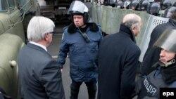 Главы МИД Германии и Франции - Франк-Вальтер Штайнмайер и Лоран Фабиус направляются на встречу с президентом Украины Виктором Януковичем (Киев, 20 февраля 2014 года)