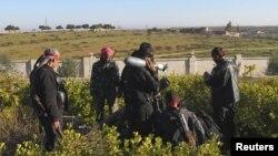 Члени Вільної сирійської армії готуються запустити бомбу в Ідлібі, 26 грудня, 2012 року