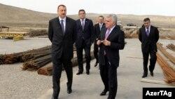 Prezident İlham Əliyev Ələtdə yol layihəsinə baxış keçirir. 2011
