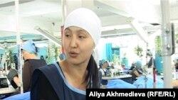 Заключенная Элла Ким работает в швейном цехе предприятия «Енбек-Жаугашты» Алматинской области.