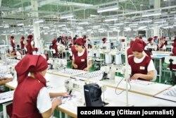 Студентки местных колледжей сыграли роль молодых швей текстильного комбината «Зарбдор текстиль», утверждают источники «Озодлика».