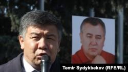 """Алмамбет Шыкмаматов """"Ата Мекен"""" партиясынын лидери Өмүрбек Текебаевди бошотуу талабы коюлган акция учурунда."""