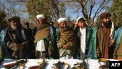 Талип согушчандары куралдардын тапшырып, ооган армиясына кошулгандан кийинки сүрөт. Герат шаары. 29-декабрь, 2011.