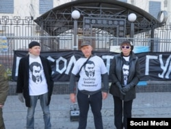 Пикет в поддержку Бориса Стомахина в Киеве. В центре – политэмигрант Сергей Крюков.