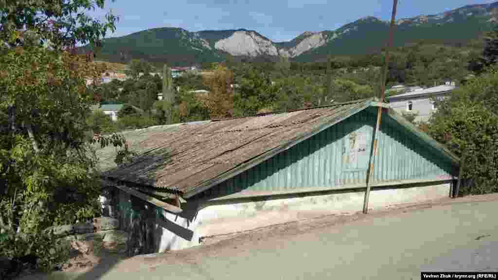Этот дом «врос» в землю по самую крышу