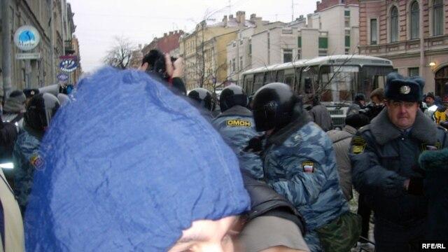Активисты «Другой России» не раз заявляли, что на них оказывается давление со стороны милиции