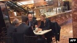 Марин Ле Пен с соратниками за кофе в штаб-квартире Дональда Трампа в Нью-Йорке