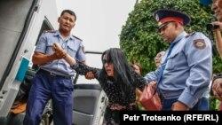 Алматыдағы митинг кезінде полицияның адамдарды ұстауы. 10 маусым 2020 жыл.