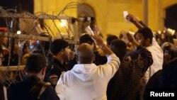 Поліцейські і футбольні вболівальники сперечаються перед входом на стадіон у Каїрі, 8 лютого 2015 року