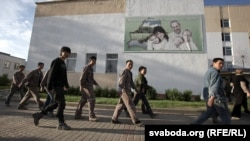 Беларусьте цемент зауытын салып жатқан Қытай жұмысшылар.
