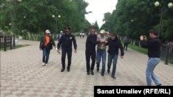 """Полиция """"заңсыз митингке қатысқаны үшін"""" белсенді Әлібек Ерғазиевті ұстап әкетіп барады. Орал қаласы, 10 мамыр 2018 жыл"""