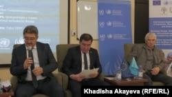 Судья административного суда города Семей Гибрат Валиев (слева), прокурор Семея Саид Аймухан (в центре) и активист Фарит Ишмухаметов на региональной консультации Офиса ООН по правам человека. Семей, 11 октября 2019 года.