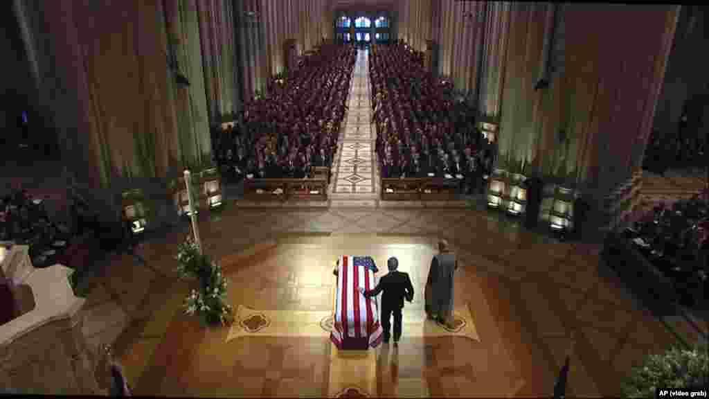 САД - Светски лидери и достоинственици се собраа во Вашингтон на државниот погреб на поранешниот претседател Џорџ Буш Постариот. На погребот беа и претседателот Доналд Трамп и првата дама Меланија Трамп. Но, Трамп, кој му се потсмеваше на семејството Буш во минатото, не зборуваше на погребот. Тоа е за прв пат од 1973 година, американски претседател да не зборува на погреб на починат претседател.