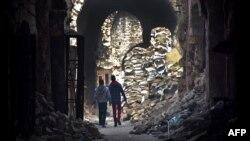 Люди в разрушенном войной старом центре Алеппо. 19 января 2017 года.