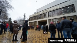 Люди собрались под зданием Верховного суда Крыма в поддержку Олега Зубкова