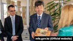 Темиртай Избастин (в центре), посол Казахстана в Болгарии. По данным из открытых источников, Избастин женат на сестре президента Казахстана Касым-Жомарта Токаева.