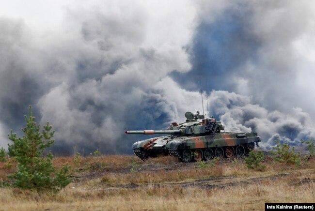 Танк польської армії PT-91 під час багатонаціональних військових навчань Silver Silver 2017 за участю 11-и членів НАТО (ілюстраційене фото)