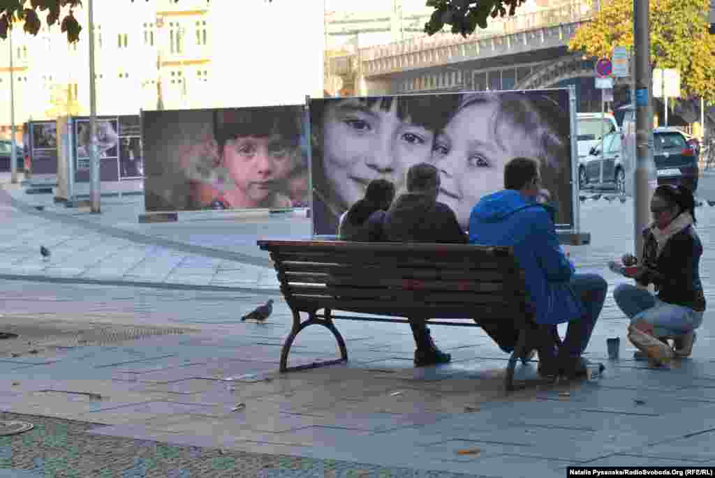 Не всі автори знімків є професійними фотографами, але їхні світлини з уражених війною регіонів мають привернути увагу до понівеченого війною дитинства