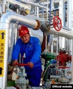 Түркіменстан-Қытай газ құбырында жұмыс істейтін маман. Көрнекі сурет