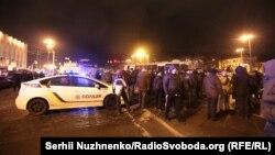 Поліцейські та активісти неподалік Європейської площі у Києві, 19 лютого 2017 року