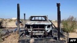 Pamje e një automobili të shkatërruar pas një sulmi të ushtrisë së Egjiptit kundër militantëve në Sinaj