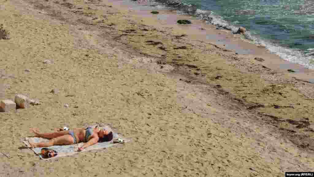 Несмотря на разрушения, на Старокарантинский пляж до сих пор приходят керчане, чтобы насладиться морским воздухом