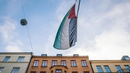 اهتزاز پرچم فلسطین مقابل دفتر نمایندگی فلسطین در استکهلم