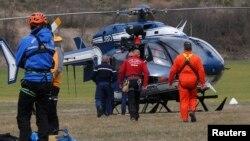 Французские спасатели готовятся к вылету на поиски разбившегося в Альпах самолета Germanwings, фото Reuters