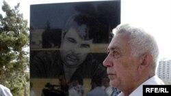 Сабир Гусейнов у могилы Эльмара