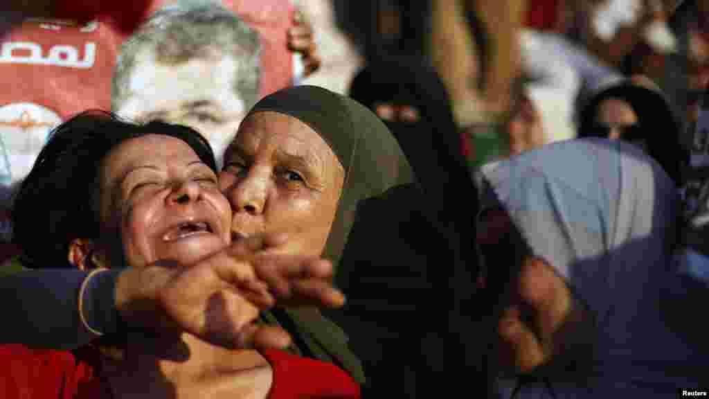 Мохамед Мурсинин тарапкерлери бири-бирин куттуктоодо. Каир, 24.06.2012