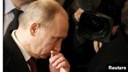 Премьер-министр России Владимир Путин покидает избирательный участок после голосования. Москва, 4 марта 2012 года.