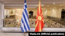 Македонско и грчко знаме