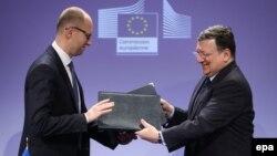 Jose Manuel Barroso (dreapta) şi Arseni Iaţeniuk, 13 mai 2014