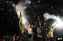 Наваз Шарифтің жақтастары жеңістерін тойлап жатыр. Пәкістан, Лахор, 12 мамыр 2013 жыл.