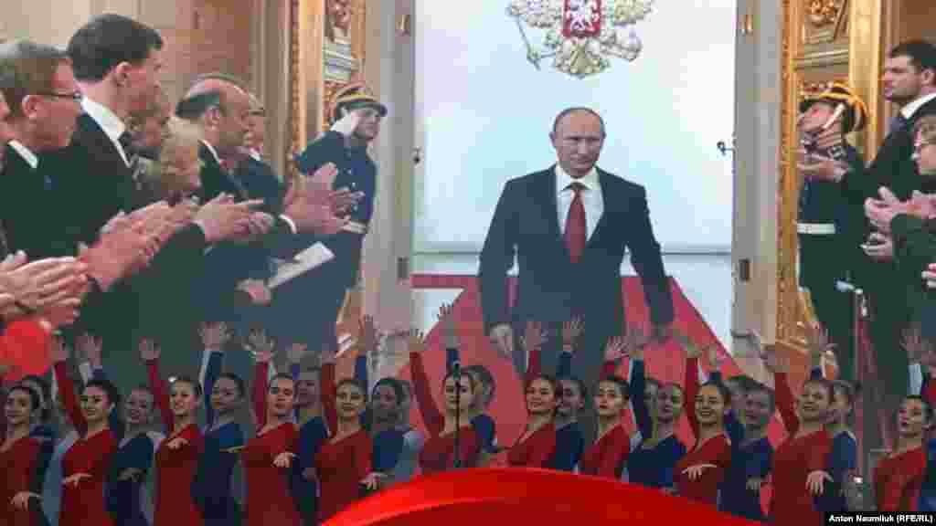 Правительство России не скрывало, что новый праздник должен заменить отмененный День Октябрьской революции, который отмечался 7 ноября