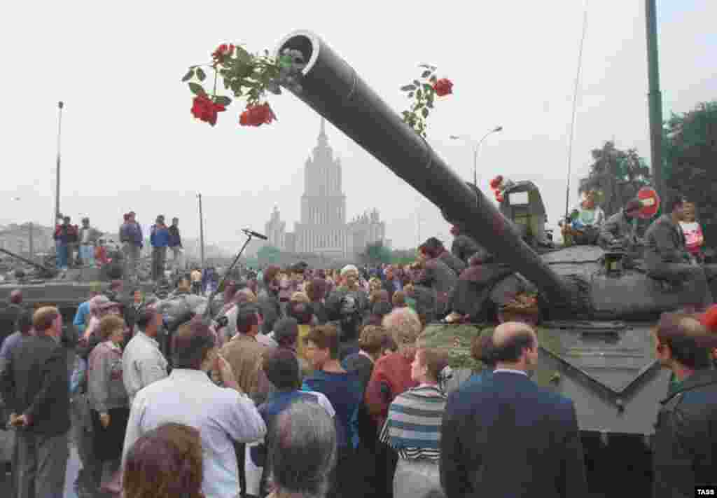 Demonstrators in Moscow face off with Soviet tanks on August 20, 1991 (TASS) - In August, the world marked the 15th anniversary of the 1991 coup attempt that brought about the collapse of the Soviet Union. In an exclusive RFE/RL interview, former Soviet President Mikhail Gorbachev recalled the three tumultuous days that changed the world.