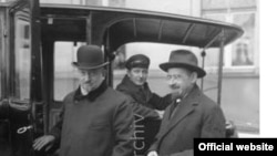 Comisarul poporului pentru politică externă, Georgi Cicerin alături de ambasadorul Nikolai Krestinski, la Berlin în 1925 (© Bundesarchiv)