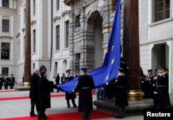Президент Чехии Милош Земан и глава Еврокомиссии Жозе Мануэль Баррозу поднимают флаг ЕС на Пражском Граде. Апрель 2013 года