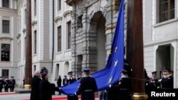 Cît timp la Hradul din Praga s-a aflat Vaclav Klaus, un eurosceptic învederat, drapelul Uniunii Europene nu a fost arborat pe sediul președinției cehe. În imagine, noul președinte Zeman și șeful CE Barroso ajută la arborarea drapelului Ula Hrad.
