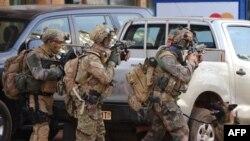 "Французский спецназ у отеля ""Сплендид"" в Уагадугу, 16 января 2016 г."