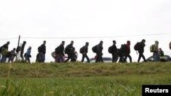 Migranți pe o șosea, după ce au trecut granița austro-germană în apropiere de Wegscheid, Germania, 12 noiembrie 2015.