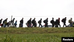 Pamje e migrantëve të cilët posa e kanë kaluar kufirin e Austrisë dhe kanë hyrë në Gjermani