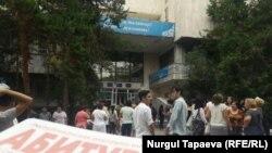 Абитуриенты у здания университета в Алматы.