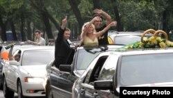 Свадьба в лимузинах - тоже недавняя русская традиция