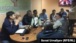 Гражданские активисты Уральска инициируют коалицию против повышения тарифов на комуслуги. Уральск, 2 сентября 2015 года.