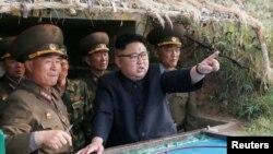 Түндүк Корея лидери Ким Чен Ын армиянын коргонуу турумдарынын биринде. 5-май, 2017-жылы таратылган сүрөт.